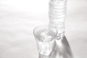 寝起きにコップ一杯の水